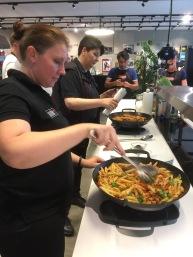 Ein Mediterraner Gruß: Gemüse und Pasta aus dem Grill- Wok für den Gas und Holzkohle Grill